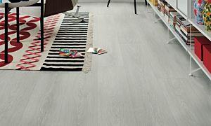 Parquet laminado de la marca pergo de la gama original excellence roble siberiano L0234-03568 en un ambiente de habitación.