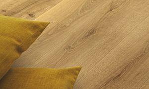 Parquet laminado de la marca pergo de la gama original excellence roble costa L0234-03571 en un ambiente de un pasillo.