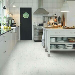 Parquet vinílico de la marca Pergo mármol italiano V3120-40136 de la serie optimum en un ambiente de cocina.
