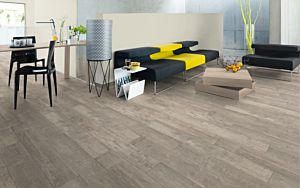 Parquet laminado 4v de robin wood light EHL010 de Egger Megafloor de la serie M2 medium en un ambiente comedor, sala de estar