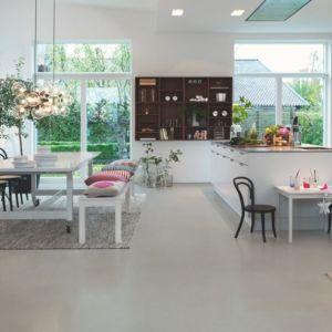 Parquet vinílico de la marca Pergo mineral moderno gris V2120-40142 de la serie premium en un ambiente de cocina.
