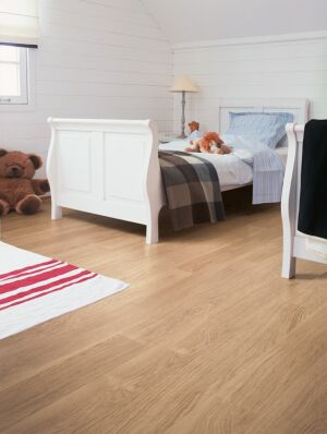 Parquet laminado de roble barnizado blanco de la marca quick-step de la serie eligne en un ambiente de habitación.