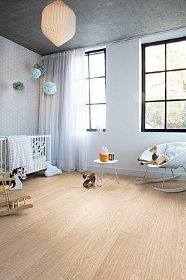 Parquet vinílico de la marca Quick-Step livyn Roble otoño marrón PUCP40090 de la serie Pulse Click Plus en un ambiente de habitación.