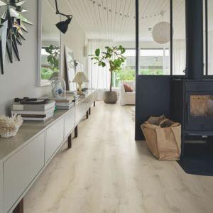 Parquet vinílico de la marca Pergo roble montaña beige V2107-40162 de la serie premium en un ambiente de habitación.