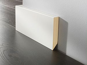 Rodapié lacado blanco con canto recto de 8cm de altura para suelos laminados y de madera multicapa.