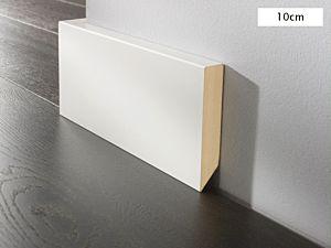 Rodapié lacado blanco con canto recto de 10cm de altura para suelos laminados y de madera multicapa.