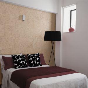 El revestimiento de pared Dekwall stone art pearl TA23001 acabado en barniz en un ambiente de habitación.