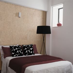 El revestimiento de pared Dekwall stone art pearl TA23002 acabado en cera en un ambiente de habitación.