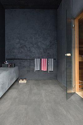 Parquet vinílico de la marca Quick-Step livyn hormigón gris cálido AMCP40050 de la serie Ambient Click Plus en un ambiente de habitación.