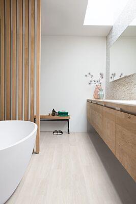 Parquet laminado de roble estado gris claro de la marca quick-step de la serie eligna en un ambiente de habitación.