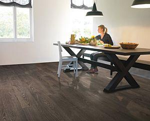Parquet laminado de roble viejo gris de la marca quick-step de la serie elite en un ambiente de habitación.