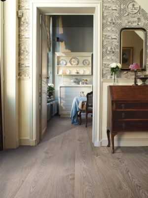 Parquet laminado de roble viejo gris claro de la marca quick-step de la serie elite en un ambiente de habitación.