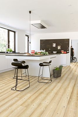 Parquet laminado de planchas claras im 1859 de la marca quick-step de la serie impressive ultra en un ambiente de habitación.