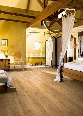 Parquet laminado de roble clásico natural de la marca quick-step de la serie impressive en un ambiente de habitación.