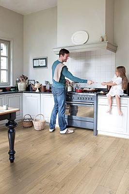 Parquet laminado de roble suave natural im 1855 de la marca quick-step de la serie impressive en un ambiente de habitación.