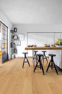 Parquet laminado de roble barnizado blanco de la marca quick-step de la serie impressive ultra en un ambiente de habitación.
