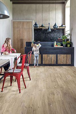 Parquet vinílico de la marca Quick-Step livyn roble cañon gris cortes de sierra BACL40030 de la serie Balance Click en un ambiente de habitación.