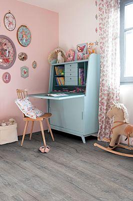 Parquet vinílico de la marca Quick-Step livyn roble selecto natural BACP40033 de la serie Balance Click Plus en un ambiente de habitación.