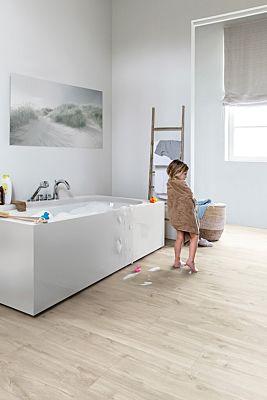 Parquet vinílico de la marca Quick-Step livyn roble gris histórico BACP40037 de la serie Balance Click Plus en un ambiente de habitación.