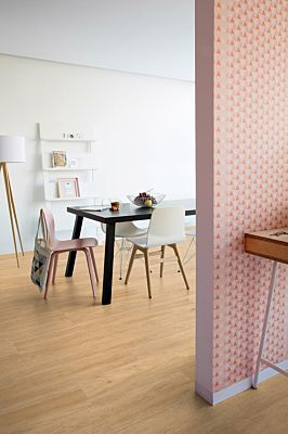 Parquet vinílico de la marca Quick-Step livyn roble cañón claro cortes de sierra BACP40128 de la serie Balance Click Plus  en un ambiente de habitación.