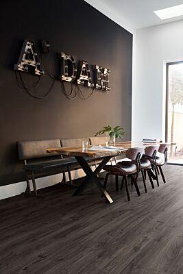 Parquet laminado de roble newcastle oscuro de la marca quick-step de la serie eligne en un ambiente de habitación.