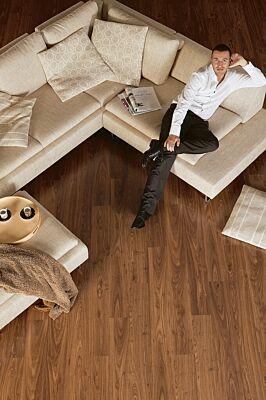 Parquet laminado de nogal aceitado de la marca quick-step de la serie eligna en un ambiente de habitación.