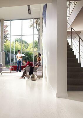 Parquet laminado de wengé passionata de la marca quick-step de la serie eligna en un ambiente de habitación.