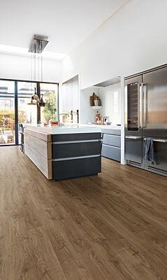 Parquet laminado de roble newcastle marrón de la marca quick-step de la serie eligna en un ambiente de habitación.