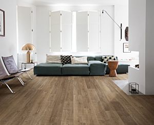 Parquet laminado de roble riva marrón de la marca quick-step de la serie eligna en un ambiente de habitación.
