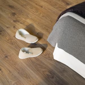 Parquet laminado de roble blanco medio de la marca quick-step de la serie elite en un ambiente de habitación.