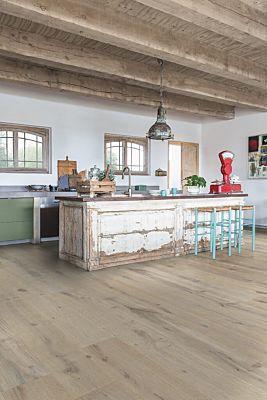 Parquet de madera natural de Quick-Step de la colección massimo mas3562S Roble helado extra mate en un ambiente de habitación.