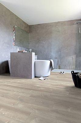 Parquet vinílico de la marca Quick-Step livyn Roble brisa marina natural PUCL40081 de la serie Pulse Click en un ambiente de habitación.