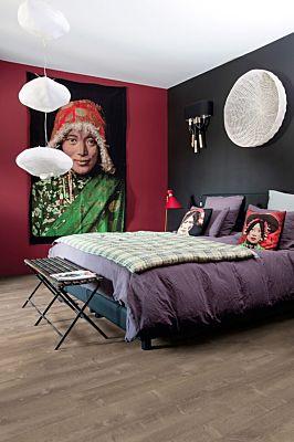 Parquet vinílico de la marca Quick-Step livyn Roble tormenta de arena gris cálido PUCP40083 de la serie Pulse Click Plus en un ambiente de habitación.