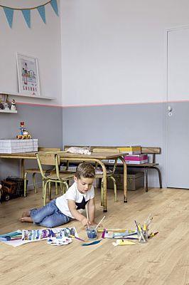Parquet vinílico de la marca Quick-Step livyn Roble tormenta de arena marrón PUCL40086 de la serie Pulse Click en un ambiente de habitación.