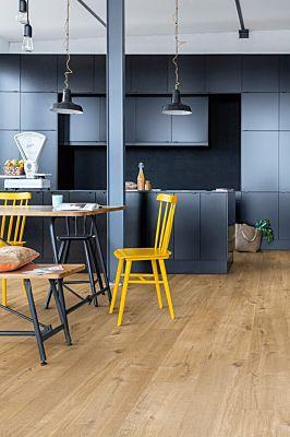 Parquet vinílico de la marca Quick-Step livyn Roble algodón beige PUCL40103 de la serie Pulse Click en un ambiente de habitación.
