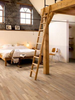 Parquet de madera natural de Quick-Step de la colección variano var1630S Roble champagne aceitado en un ambiente de habitación.