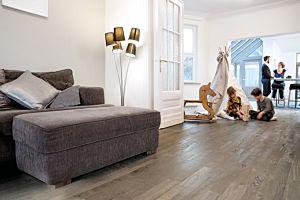 Parquet de madera natural de Quick-Step de la colección variano var1629S Roble pintado blanco aceitado en un ambiente de habitación.