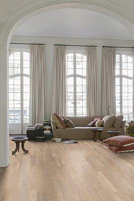 Parquet de madera natural de Quick-Step de la colección variano var1632S Roble café aceitado en un ambiente de habitación.