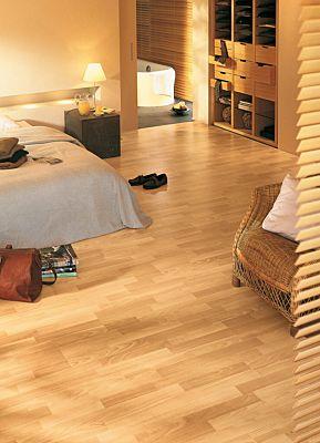 Parquet laminado de roble natural barnizado de 3 lamas de la marca Quick-Step de la serie classic en un ambiente de habitación.