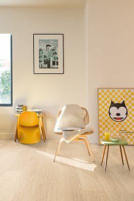 Parquet laminado de ROBLE VICTORIA CLM3185 de la marca QUICK-STEP de la serie CLASSIC en un ambiente de habitación.