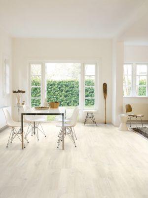 Parquet laminado de roble blanco charlotte CR3178 de la marca Quick-Step de la colección CREO en un ambiente de habitación.
