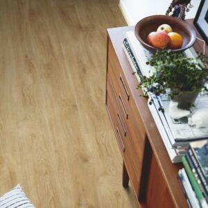 suelo vinílico de la marca Pergo roble tierras altas natural V2131-40101 de la serie premium en ambiente de habitación.