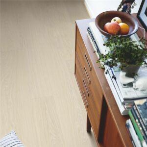 Parquet vinílico de la marca Pergo roble danés claro V3131-40099 de la serie optimum en un ambiente de habitación.