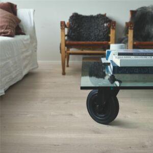 parquet vinílico de la marca Pergo roble tierras altas claro V2131-40100 de la serie optimum en un ambiente de habitación.