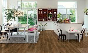 Parquet vinílico de la marca Pergo Roble moderno café V2107-40019 de la serie premium en un ambiente de habitación.