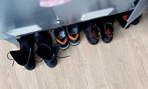 Parquet vinílico de la marca Pergo roble moderno gris V2107-40017 de la serie premium en un ambiente de habitación.