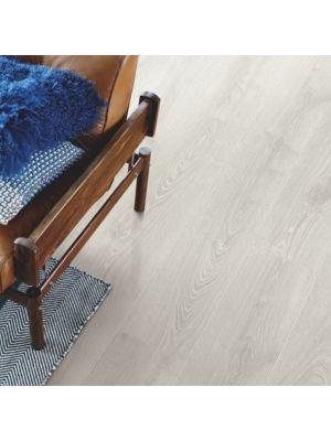 parquet laminado roble blanco escarcha de la marca pergo de la serie living expression sensation resistente al agua superficialmente l0331-03866 en un ambiente de habitación.
