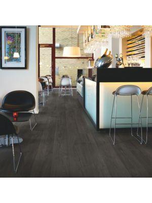 parquet laminado roble blanco escarcha de la marca pergo de la serie living expression sensation resistente al agua superficialmente l0331-03868 en un ambiente de habitación.