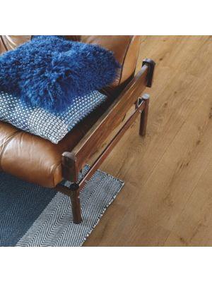parquet laminado roble ribera de la marca pergo de la serie living expression sensation resistente al agua superficialmente l0239-04301 en una habitación.