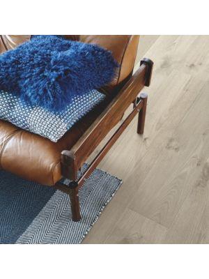 parquet laminado roble gris vintage de la marca pergo de la serie living expression sensation resistente al agua superficialmente l0239-04311 en habitació.